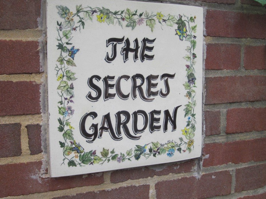A sign that says the secret garden